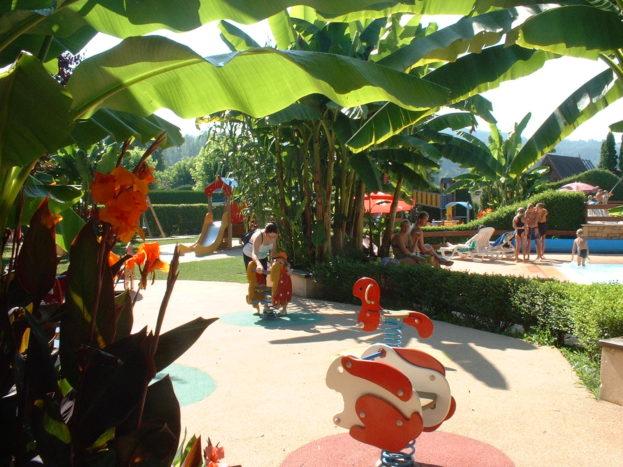 L'aire de jeux pour les enfants du Camping Le Paradis
