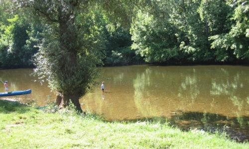 Rivière La Vézère est accessible du Camping Le Paradis, idéal pour des parties de pêche